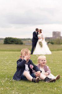 Sjovt billede af brudepar med børn